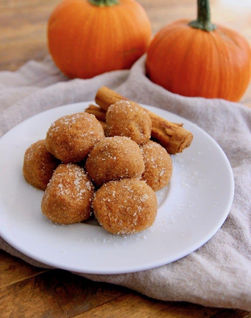 This non-bake keto pumpkin pie bites recipe has all of the flavors of a delicious pumpkin pie.